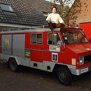 NLD/Huizen/20051114 - Kunstenaar peter Bos van galerie de Rookerij Huizen met de auto waarmee hij Parijs - Dakar 2005 gaat rijden