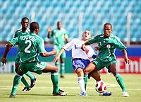 Fotball<br /> VM U17<br /> Foto: imago/Digitalsport<br /> NORWAY ONLY<br /> <br /> 19.08.2007 <br /> Said Mehamha (Frankrike U17, Mitte) gegen Usman Amodu (Nigeria U17, re.)