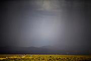 Boven het parcours hangen donkere wolken. Door regen worden de races op dinsdagavond afgelast. In Battle Mountain (Nevada) wordt ieder jaar de World Human Powered Speed Challenge gehouden. Tijdens deze wedstrijd wordt geprobeerd zo hard mogelijk te fietsen op pure menskracht. De deelnemers bestaan zowel uit teams van universiteiten als uit hobbyisten. Met de gestroomlijnde fietsen willen ze laten zien wat mogelijk is met menskracht.<br /> <br /> In Battle Mountain (Nevada) each year the World Human Powered Speed Challenge is held. During this race they try to ride on pure manpower as hard as possible.The participants consist of both teams from universities and from hobbyists. With the sleek bikes they want to show what is possible with human power.