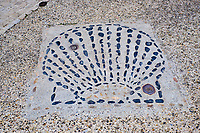 France, Haute-Loire (43), Le Puy-en-Velay, étape sur le chemin de Saint Jacques de Compostelle, coquille Saint Jacques sur le sol // France, Haute-Loire (43), Le Puy-en-Velay, stage on the way to Saint Jacques de Compostela, scallop shell on the ground