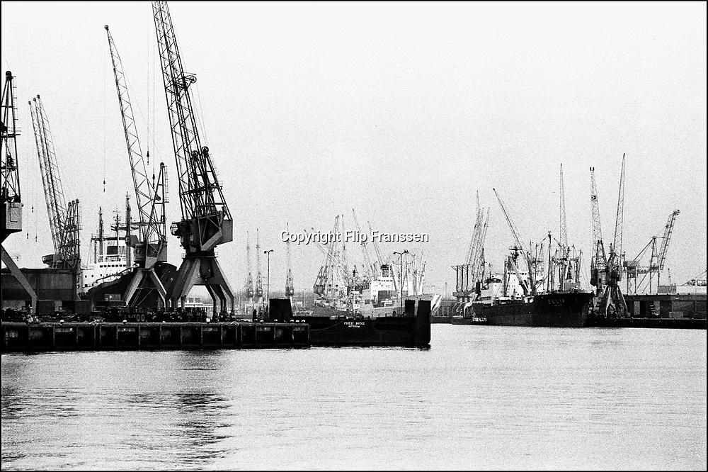 Nederland, Rotterdam, 15-12-1985<br /> Rotterdamse haven, port of rotterdam  . Op de kades staan vele kranen, hijskranen voor het lossen van stukgoed . De container is sterk in opmars en de speciale containerhaven op de maasvlakte, ECT, zal een groot deel van deze laad en losactiviteiten vervangen . Hierdoor zal ook veel werkgelegenheid verdwijnen<br /> Foto: Flip Franssen