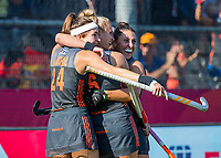 ANTWERPEN -  Vreugde bij Oranje. Lidewij Welten (Ned) heeft de stand op 2-0 gebracht tijdens de   finale  dames  Nederland-Duitsland  (2-0) bij het Europees kampioenschap hockey. Eva de Goede (Ned) , Laurien Leurink (Ned) en Malou Pheninckx (Ned)  COPYRIGHT  KOEN SUYK