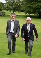 HERKENBOSCH- Manager Maurice Hermans (l) en voorzitter Jan Hol van Golfbaan Herkenbosch bij Roermond. FOTO KOEN SUYK