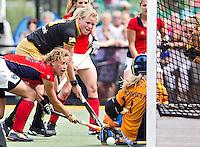 DEN BOSCH - Drukte voor het Laren doel, zaterdag  tijdens de finale competitiewedstrijd  tussen de dames van Den Bosch en Laren. vlnr Merel de Blaey (Laren), Vera Vorstenbosch (Den Bosch) en Laren keeper Joyce Sombroek.