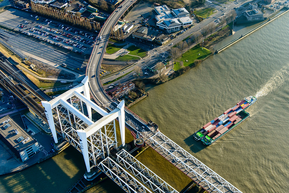 Nederland, Zuid-Holland, Dordrecht, 07-02-2018; Spoorbrug Dordrecht (ook wel Grotebrug), Spoorlijn Breda - Rotterdam over de Oude Maas tussen Zwijndrecht en Dordrecht. De brug bestaat uit twee  tweesporige vakwerkbruggen naast elkaar en een beweegbaar deel, de hefbruggen. <br /> Railway bridge Dordrecht crossing Oude Maas (Meuse).<br /> <br /> luchtfoto (toeslag op standard tarieven);<br /> aerial photo (additional fee required);<br /> copyright foto/photo Siebe Swart