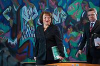 DEU, Deutschland, Germany, Berlin, 30.01.2013: <br />Bundesjustizministerin Sabine Leutheusser-Schnarrenberger (L) FDP) und Bundesverteidigungsminister Thomas de Maiziere (R) (CDU) vor Beginn der 131. Kabinettsitzung im Bundeskanzleramt.
