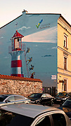 Mural na ścianie budynku przy placu Nowym. Przedstawia postacie wdrapujące się po drabinie na latarnię morską. Kampania promocyjna Pomorza Zachodniego.<br /> Mural on the wall of a building at New Square. It shows the characters climbing the ladder to the lighthouse. Promotional campaign of West Pomerania.