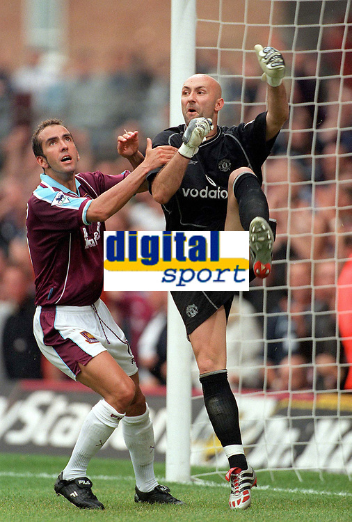 Fabien Barthez (Man Utd) kicks the ball away after Paolo Di Canio's (West Ham) penalty to stop the game restarting quickly. West Ham United v Manchester United, FA Premiership, 26/08/2000. Credit: Colorsport / Matthew Impey.