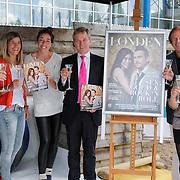 NLD/Amsterdam/20120713 - Lancering Sportglossy Londen, Peter Heerschop,Kim Lammers,Naomie van As,Eric van der Berg,Ivo Niehe en Nicolien Sauerbreij bij de cover van het Sportmagazine