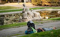 09.10.2014 Bialystok N/z turysta odpoczywajacy w Parku Planty fot Michal Kosc / AGENCJA WSCHOD