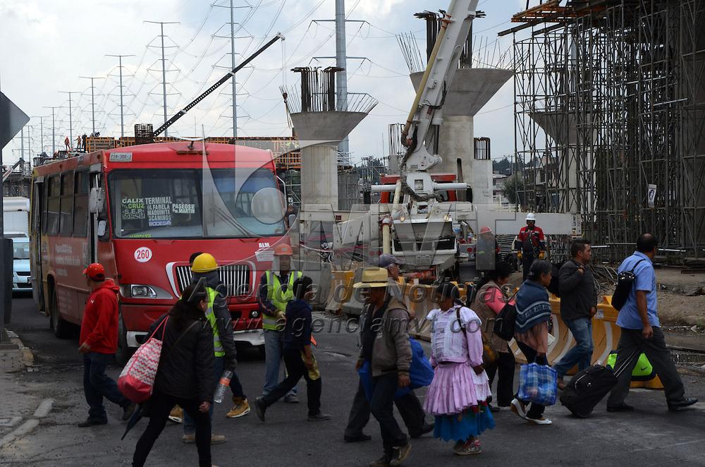 TOLUCA, Mexico (Abril 23, 2016).- Debido al cierre del cruce de las Torres y Pinosuarez, por las obras del tren Interurbano, se registró congestionamiento vial en gran parte de las calles aledañas. Agencia MVT. José Hernández.