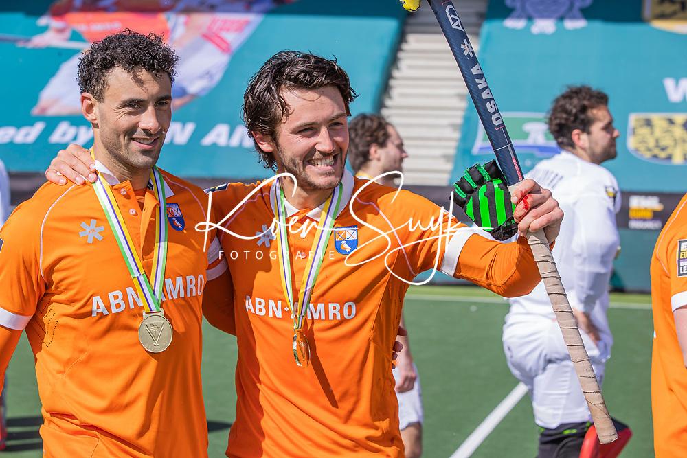 AMSTELVEEN -  Het team van Bloemendaal met de cup na   de Euro Hockey League finale mannen, Atletic Terrassa (Sp) - HC Bloemendaal (2-5).  Glenn Schuurman (Bldaal) en Arthur van Doren (Bldaal) COPYRIGHT KOEN SUYK