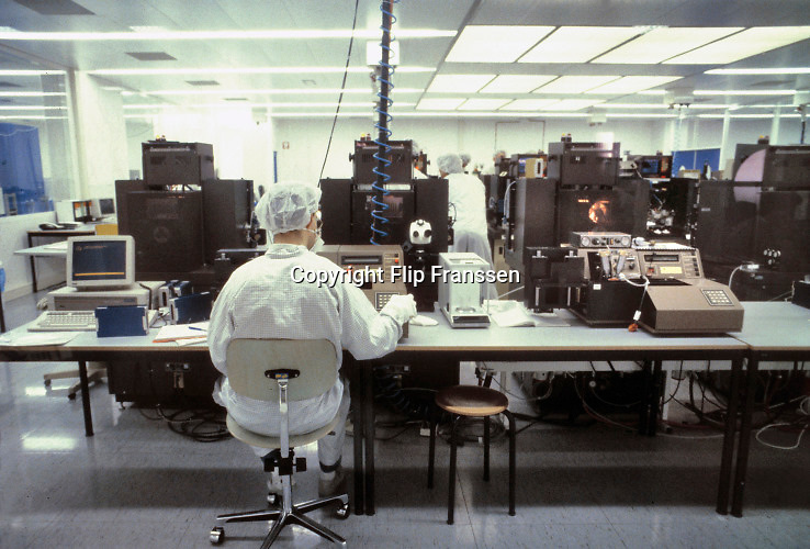 Nederland, Nijmegen, 15-10-1992Werknemers NXP Semiconductors productie van computerchips bij voormalig philips dochter nxp.De fabriek voor halfgeleiders, van bovenaf lijkend op een ic, ook wel de kathedraal genoemd .  Foto: Flip Franssen