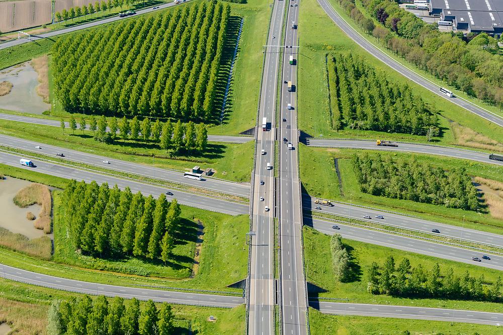 Nederland, Utrecht, gemeente Vijfheerenlanden , 13-05-2019; Knooppunt Everdingen, kruising van de rijkswegen A2 (links, rechts) en A27 (staand), gedeeltelijk turbineknooppunt. <br /> Everdingen junction south of Utrecht.<br /> <br /> luchtfoto (toeslag op standard tarieven);<br /> aerial photo (additional fee required);<br /> copyright foto/photo Siebe Swart