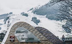"31.03.2020, Saalbach Hinterglemm, AUT, Coronaviruskrise, tägliches Leben mit dem Coronavirus, im Bild Ortseinfahrt von Hinterglemm mit dem Schild ""Willkommen in Hinterglemm"" und dem Ortswappen. Mit 01.04.2020, 00.00 Uhr wird die Pinzgauer Gemeinde Saalbach Hinterglemm unter Quarantäne gestellt // Entering Hinterglemm with the sign ""Welcome to Hinterglemm"" and the local coat of arms. The Austrian government is pursuing aggressive measures in an effort to slow the ongoing spread of the coronavirus, Saalbach Hinterglemm, Austria on 2020/03/31. EXPA Pictures © 2020, PhotoCredit: EXPA/ Stefanie Oberhauser"