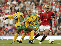 Fotball<br /> Foto: SBI/Digitalsport<br /> NORWAY ONLY<br /> <br /> Manchester United v Norwich<br /> 21.08.2004<br /> <br /> United's Alan Smith takes on Norwich's Damian Francis and Craig Fleming