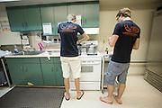 Leden van het HPT bereiden de maaltijd. Het Human Power Team Delft en Amsterdam (HPT), dat bestaat uit studenten van de TU Delft en de VU Amsterdam, is in Amerika om te proberen het record snelfietsen te verbreken. Momenteel zijn zij recordhouder, in 2013 reed Sebastiaan Bowier 133,78 km/h in de VeloX3. In Battle Mountain (Nevada) wordt ieder jaar de World Human Powered Speed Challenge gehouden. Tijdens deze wedstrijd wordt geprobeerd zo hard mogelijk te fietsen op pure menskracht. Ze halen snelheden tot 133 km/h. De deelnemers bestaan zowel uit teams van universiteiten als uit hobbyisten. Met de gestroomlijnde fietsen willen ze laten zien wat mogelijk is met menskracht. De speciale ligfietsen kunnen gezien worden als de Formule 1 van het fietsen. De kennis die wordt opgedaan wordt ook gebruikt om duurzaam vervoer verder te ontwikkelen.<br /> <br /> The Human Power Team Delft and Amsterdam, a team by students of the TU Delft and the VU Amsterdam, is in America to set a new  world record speed cycling. I 2013 the team broke the record, Sebastiaan Bowier rode 133,78 km/h (83,13 mph) with the VeloX3. In Battle Mountain (Nevada) each year the World Human Powered Speed Challenge is held. During this race they try to ride on pure manpower as hard as possible. Speeds up to 133 km/h are reached. The participants consist of both teams from universities and from hobbyists. With the sleek bikes they want to show what is possible with human power. The special recumbent bicycles can be seen as the Formula 1 of the bicycle. The knowledge gained is also used to develop sustainable transport.