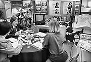 Nederland, Arnhem, 1-11-1985Serie beelden gemaakt voor twaalf verhalen in het blad Intermediair eind 1985, begin 1986 over de staat van de nederlandse economie per provincie . Beurs, bedrijvenbeurs, banenbeurs,  in de Rijnhal. Vacatures. De computer deed voorzichtig zijn intrede, er bestond geen mobiele telefoon, gsm, of internet . De analoge maatschappij . Transitie naar het computertijdperk en automatisering, robotisering .Foto: Flip Franssen
