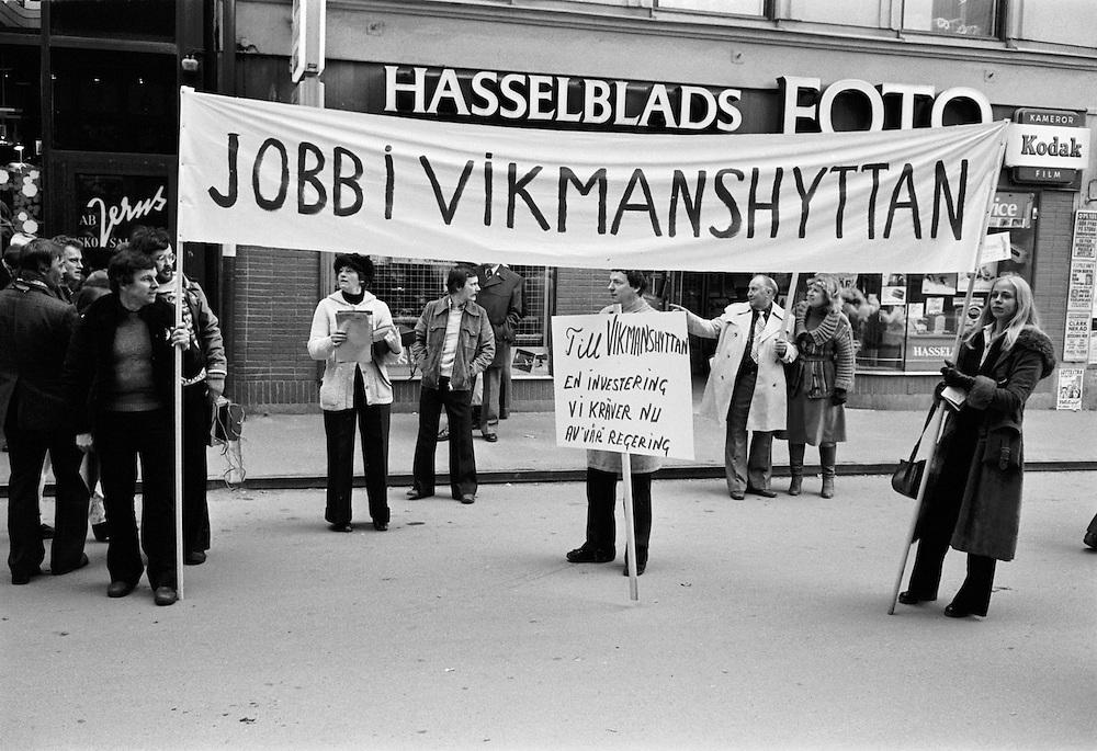 Arbetare från Vikmanshyttan demonstrerar för sitt stålverk i Stockholm