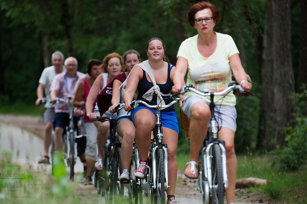 In de omgeving van Soest genieten mensen op de fiets van het mooie weer tijdens het Pinksterweekeinde.<br /> <br /> Near Soest people are enjoying the nice weather by bike.