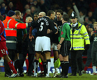 Fotball<br /> Premier League 2004/05<br /> Crystal Palace v Manchester United<br /> 5. mars 2005<br /> Foto: Magne J. Nilsen<br /> NORWAY ONLY<br /> Rio Ferdinand confronts the linesman at the end of the game