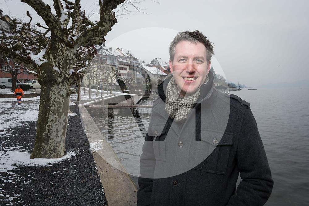 SCHWEIZ - ZUG - Andreas Hürlimann, Kantonsrat,  ALG Alternative-die Grünen, bei der Schiffsstation Zug Landsgemeindeplatz - 01. März 2018 © Raphael Hünerfauth - http://huenerfauth.ch