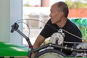 Larry Lem sleutelt aan de Glow Worm bij aankomst in Battle Mountain. In Battle Mountain (Nevada) wordt ieder jaar de World Human Powered Speed Challenge gehouden. Tijdens deze wedstrijd wordt geprobeerd zo hard mogelijk te fietsen op pure menskracht. Ze halen snelheden tot 133 km/h. De deelnemers bestaan zowel uit teams van universiteiten als uit hobbyisten. Met de gestroomlijnde fietsen willen ze laten zien wat mogelijk is met menskracht. De speciale ligfietsen kunnen gezien worden als de Formule 1 van het fietsen. De kennis die wordt opgedaan wordt ook gebruikt om duurzaam vervoer verder te ontwikkelen.<br /> <br /> In Battle Mountain (Nevada) each year the World Human Powered Speed Challenge is held. During this race they try to ride on pure manpower as hard as possible. Speeds up to 133 km/h are reached. The participants consist of both teams from universities and from hobbyists. With the sleek bikes they want to show what is possible with human power. The special recumbent bicycles can be seen as the Formula 1 of the bicycle. The knowledge gained is also used to develop sustainable transport.