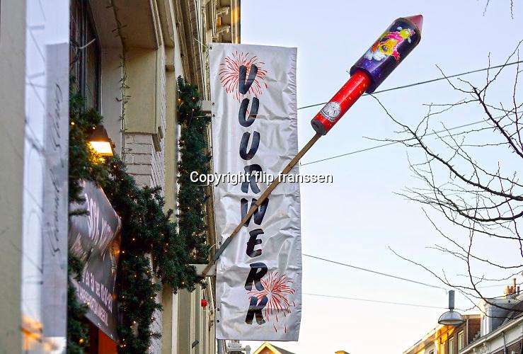 Nederland, Nijmegen, 30-12-2019 Bij een vuurwerk verkooppunt wordt siervuurwerk verkocht om af te steken met de jaarswisseling . Foto: Flip Franssen