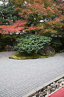Entoku-in Garden was originally part of Fushimijo Castle and also a sub-temple of Kodaiji Temple. It was founded by a nephew of Toyotomi Hideyoshi. The northern dry garden shows the essence of Momoyama style and is a registered National Place of Scenic Beauty by the Japanese government. It was built in 1605 and dedicated as a Rinzai sect temple in 1633..