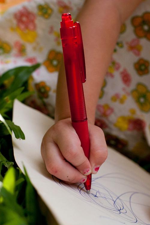 Belo Horizonte_MG, Brasil...Detalhe da mao de uma crianca desenhando...Detail of a girl hand drawing...Foto: LEO DRUMOND / NITRO