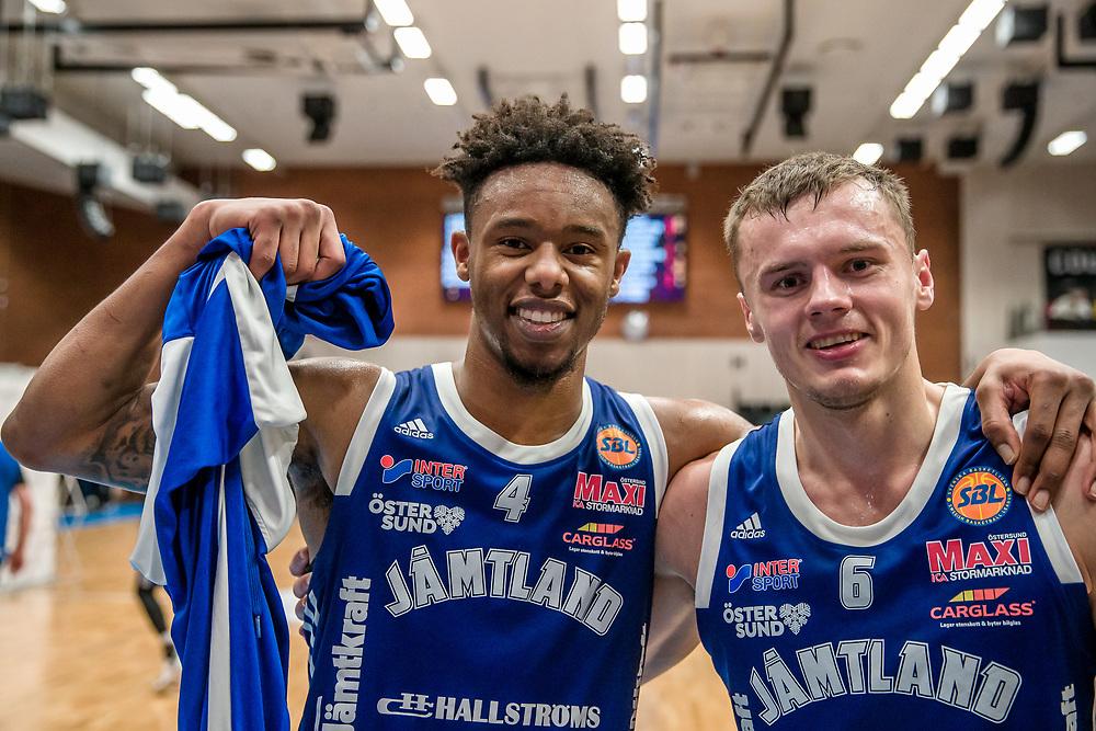 ÖSTERSUND 20200127<br /> Jämtlands Justin Gordon och Jämtlands Jaan Puidet är glada efter måndagens match i basketligan mellan Jämtland Basket och Köping Stars i Östersunds Sporthall.<br /> <br /> Foto: Per Danielsson/Projekt.P