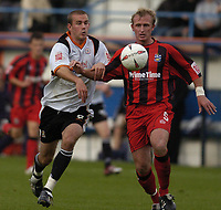 Fotball<br /> England<br /> 2004/2005<br /> 16.10.2004<br /> Foto: SBI/Digitalsport<br /> NORWAY ONLY<br /> <br /> Luton Town v Huddersfield Town<br /> Coca-Cola League One<br /> <br /> Rowan Vine L challenges with Steve Yates for the ball