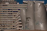 Punta Del Este, Uruguai...Cartao-postal de Punta del Este e a obra do escultor chileno Mario Irarrazabal: La Mano. Sao dedos saindo da areia, cujo significado seria a presença do homem surgindo na natureza.  Faz parte do conjunto de oito esculturas do Paseo de Las Americas...The symbol of Punta del Este is La Mano sculpture of the Chilean sculptor Mario Irarrazabal, It is a giant concrete hand sculpture rising out of the sands of the Atlantic...Foto: LEO DRUMOND / NITRO