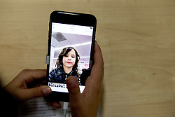 Grosse Erwartungshaltung: Apples neue iPhone 7 Modelle sind auch in den Niederlanden zu erwerben<br /> <br /> / 190916<br /> <br /> *** Customers in the Apple store in Amsterdam, The Netherlands, at the start of iPhone 7 sales; September 19th, 2016 ***
