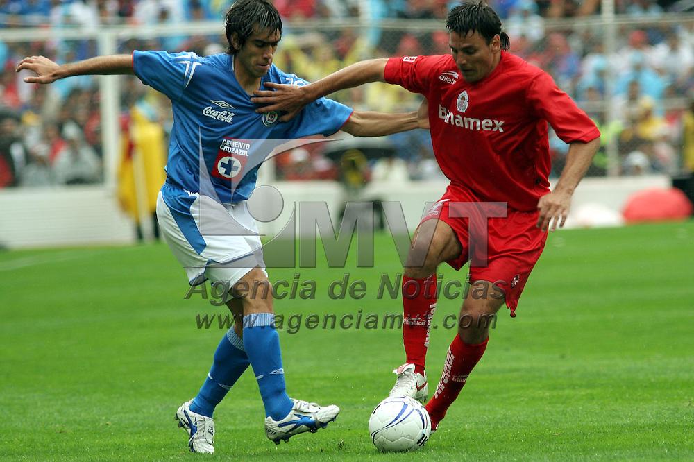 Toluca, Méx.- Javier Rosada (4) del equipo Toluca disputa el balon con Cesar Delgado (19) del equipo Cruz Azul en el partido de la 4 del torneo de apertura 2005 del futbol mexicano que termino a favor del Toluca 2 goles por 1. Agencia MVT / Mario Vazquez de la Torre. (DIGITAL)<br /> <br /> NO ARCHIVAR - NO ARCHIVE