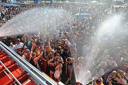 03.07.2010, Hyundai Fan Park, Hamburg, GER, FIFA Worldcup, Puplic Viewing Deutschland vs Argentinien  im Bild Fans mit Deutschland-Outfit bei der Dusche von der Feuerwehr.Foto ©  nph /  Witke