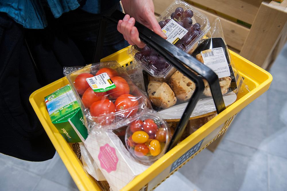 Nederland, Breda, 27 maart 2013.Opening Jumbo Supermarkt..Jumbo heeft vandaag in Breda de deuren geopend van een nieuw supermarktconcept in Nederland: Jumbo Foodmarkt. Met 6.000 vierkante meter vloeroppervlakte - gemiddeld zes keer groter dan de gemiddelde supermarkt - wordt boodschappen doen hier een belevenis. .Boodschappenmandje met diverse producten..Foto(c): Michiel Wijnbergh