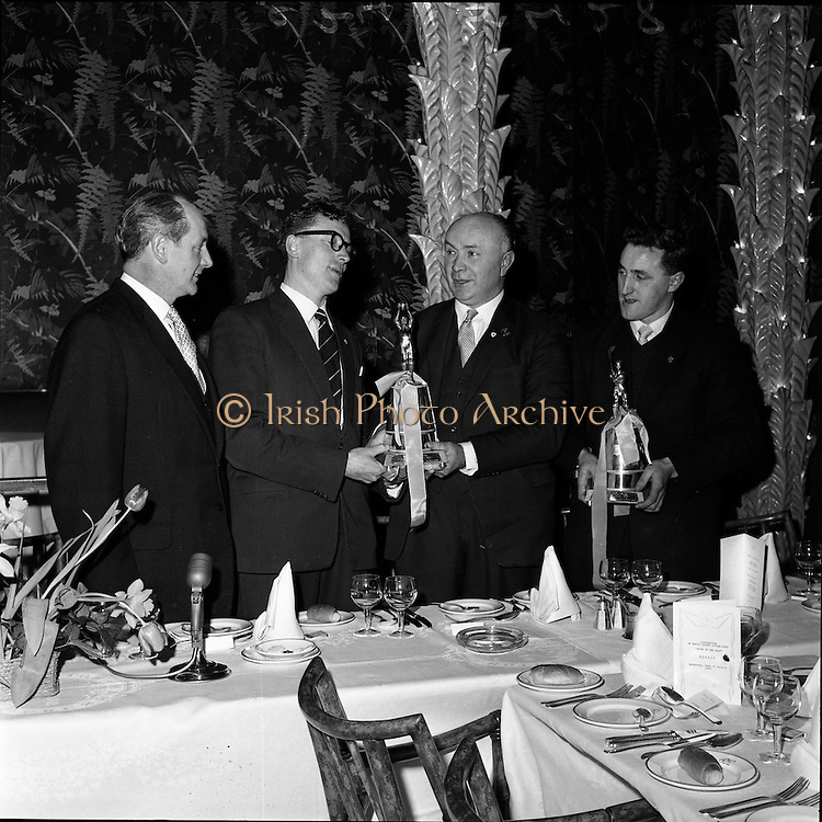 24/01/1962.01/24/1962.24 January 1962.Gaelic sports journalists awards dinner at the Gresham Hotel, Dublin..Mr. Hugh Byrne presents Gerry O'Malley (Roscommon) with the Association of Gaelic Sports Journalists Award forFootballer of the year. Also present are Hurler of the Year, Liam Devaney (Tipperary) and Minister for Industry and Commerce Mr. Jack Lynch T.D.