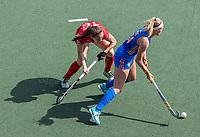 AMSTELVEEN - Pien Dicke (Ned) met Tiphaine Duquesne (Bel)  tijdens  de halve finale dames wedstrijd , Nederland-Belgie (3-1),  bij het EK hockey. Nederland plaatst zich voor de finale.   COPYRIGHT KOEN SUYK
