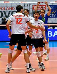 22-09-2013 VOLLEYBAL: EK MANNEN NEDERLAND - SLOVENIE: HERNING<br /> Nederland wint met 3-1 van Slovenie en plaatst zich voor de volgende ronde / Nico Freriks  wordt omhelst door zijn teamgenoten na een prachtige redding<br /> ©2013-FotoHoogendoorn.nl<br />  / SPORTIDA