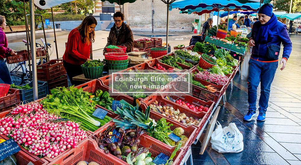 Street market in the Square Charles de Gaulle, Toulouse, France<br /> <br /> (c) Andrew Wilson   Edinburgh Elite media