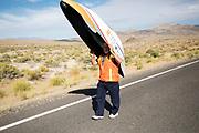 De derde racedag. In Battle Mountain (Nevada) wordt ieder jaar de World Human Powered Speed Challenge gehouden. Tijdens deze wedstrijd wordt geprobeerd zo hard mogelijk te fietsen op pure menskracht. De deelnemers bestaan zowel uit teams van universiteiten als uit hobbyisten. Met de gestroomlijnde fietsen willen ze laten zien wat mogelijk is met menskracht.<br /> <br /> In Battle Mountain (Nevada) each year the World Human Powered Speed ??Challenge is held. During this race they try to ride on pure manpower as hard as possible.The participants consist of both teams from universities and from hobbyists. With the sleek bikes they want to show what is possible with human power.
