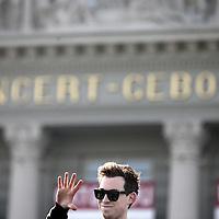 Nederland, Amsterdam , 3 april 2014.<br /> Hardwell wordt ambassadeur van dance4life. Dat maakt de nummer 1 DJ van de wereld op donderdag 3 april bekend met een verrassingsoptreden op het Museumplein. In een open bus rijdt Hardwell om 15:00 het Museumplein op om daar een verrassingsoptreden te geven voor fans en voorbijgangers.<br /> Foto:Jean-Pierre Jans