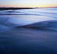 Fantastisk vakker solnedgang mens bølgene slår inn over sandstranden ved Kvalneset på Giske i Giske kommune. <br /> <br /> Very beautiful sunset seen from Kvalneset at Giske in Norway.<br /> Foto: Svein Ove Ekornesvåg