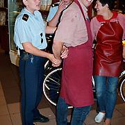 Prijsuitreiking en overhandiging fietsen en arrestatie van kees Kromhout