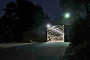 Nederland, Voerendaal, 15-9-2020 Bij het invallen van de duisternis valt een verlichte en open koeienstal in zuid limburg op. Foto: ANP/ Hollandse Hoogte/ Flip Franssen
