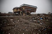 Ishinomaki  Shimodai  School  - 11 mars 2012.Shimodai est un quartier en front de mer qui se trouve a louest dIshinomaki. Dans cette partie de la ville, il nexiste aucun relief et leau sest enfoncée profondément à lintérieur des terres. Le 11 mars 2012, sur le pont qui marque lentrée du quartier sont dressés des Koinuburi en mémoire des enfants disparus ce jour là.  Habituellement, les Koinoburi sont dressés début mai lorsquun garçon de la famille atteint les 5 ans. Plus loin se trouve une crèche et une école qui furent totalement submergées.