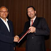 Opening Childeren in war rode kruis fototentoonstelling, boekpresentatie aan algemeen directeur Jan Post