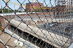THEMENBILD - Staten Island ist einer der fuenf Stadtbezirke (Boroughs) von New York City. Im suedwesten der Stadt gelegen ist Staten Island sowohl der suedlichste Teil von der Stadt als auch vom Bundesstaate New York. Der Bezirk ist von New York getrennt durch den New York Bay, im Bild ein Zaun beim Bahnhof Tompkinsville, Aufgenommen am 09. August 2016 // Staten Island is one of the five boroughs of New York City. In the southwest of the city, Staten Island is the southernmost part of both the city and state of New York. The borough is separated from New York by New York Bay. This picture shows a fence at the railway station Tompkinsville, New York City, United States on 2016/08/09. EXPA Pictures © 2016, PhotoCredit: EXPA/ Sebastian Pucher