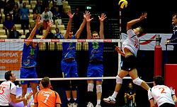 22-09-2013 VOLLEYBAL: EK MANNEN NEDERLAND - SLOVENIE: HERNING<br /> Nederland wint met 3-1 van Slovenie en plaatst zich voor de volgende ronde / Robin Overbeeke slaat de laatste bal van de wedstrijd langs het Sloveense blok Gregor Ropret, Alen Pajenk, Tine Urnaut <br /> ©2013-FotoHoogendoorn.nl<br />  / SPORTIDA